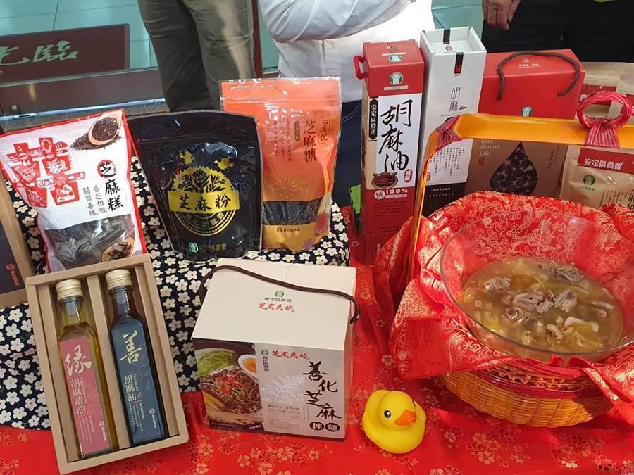 台南市生孩子除了生育獎勵,市府還贈送在地胡麻油禮盒慶賀,讓新手媽媽直呼好幸福。(莊曜聰攝)