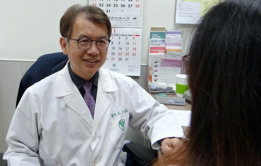 奇美醫學中心婦產部婦女泌尿科主任吳銘斌教授協助婦女改善尿失禁。(曹婷婷攝)