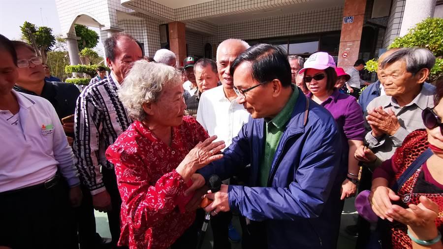 活動現場有一名8旬奶奶鄭謝桃,欲包紅包給陳水扁祝她身體健康,但被阿扁婉拒。(吳建輝攝)