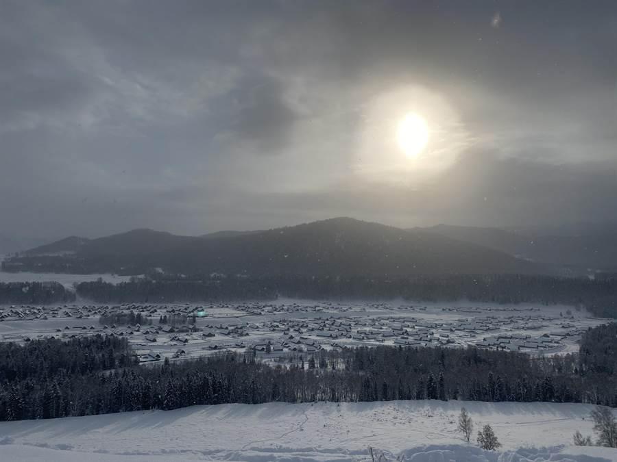 從觀景平台俯瞰整個禾木村,最能感受白雪覆蓋的美。(記者林怡宣攝)