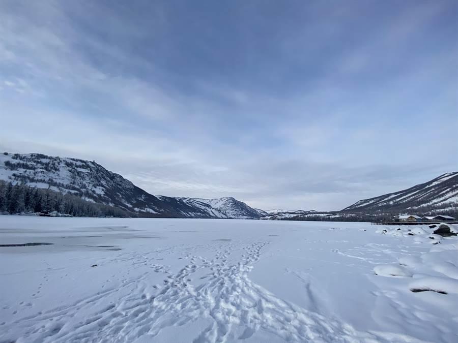 冬季的喀納斯湖會結冰且湖面會覆蓋一層厚厚白雪。(記者林怡宣攝)
