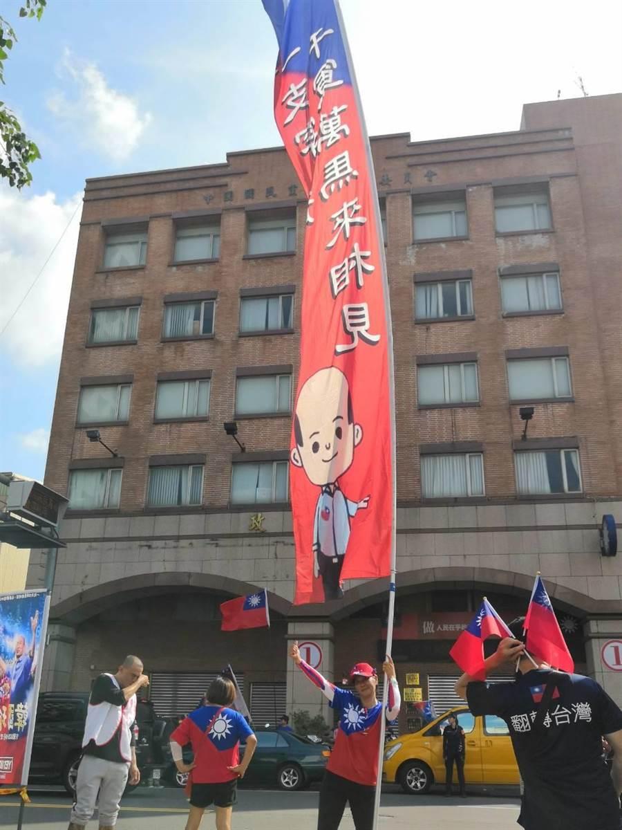 黃武能與朋友朱崑政合製數支8米長支持韓國瑜的大旗,南征北討。(黃武能提供/劉秀芬台南傳真)