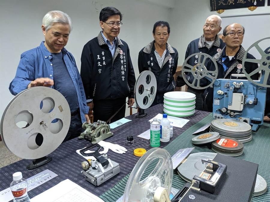 學甲慈濟宮在民國60到70年間拍攝的進香、藝陣文化影片經過台南藝術大學影像修復團隊的努力,以數位掃描方式搶救成功,重現當年的珍貴影像。(莊曜聰攝)