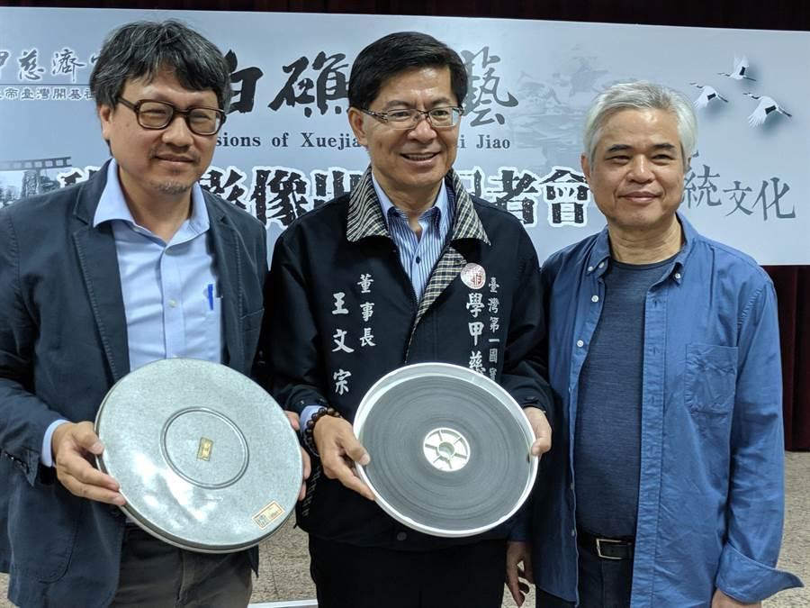 學甲慈濟宮透過影片修復師王明山(右)的巧手,以及台南藝術大學助理教授曾吉賢(左)帶領的團隊努力下,終於把近40年前拍攝的進香、藝陣比賽影片搶救回來,留下珍貴紀念。(莊曜聰攝)