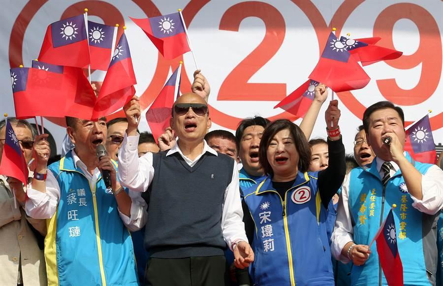 國民黨總統候選人韓國瑜(左二)陪同黨籍立委候選人宋瑋莉(右二)出席造勢活動,並帶領民眾高喊「韓進總統府,宋進立法院」的口號。(范揚光攝)