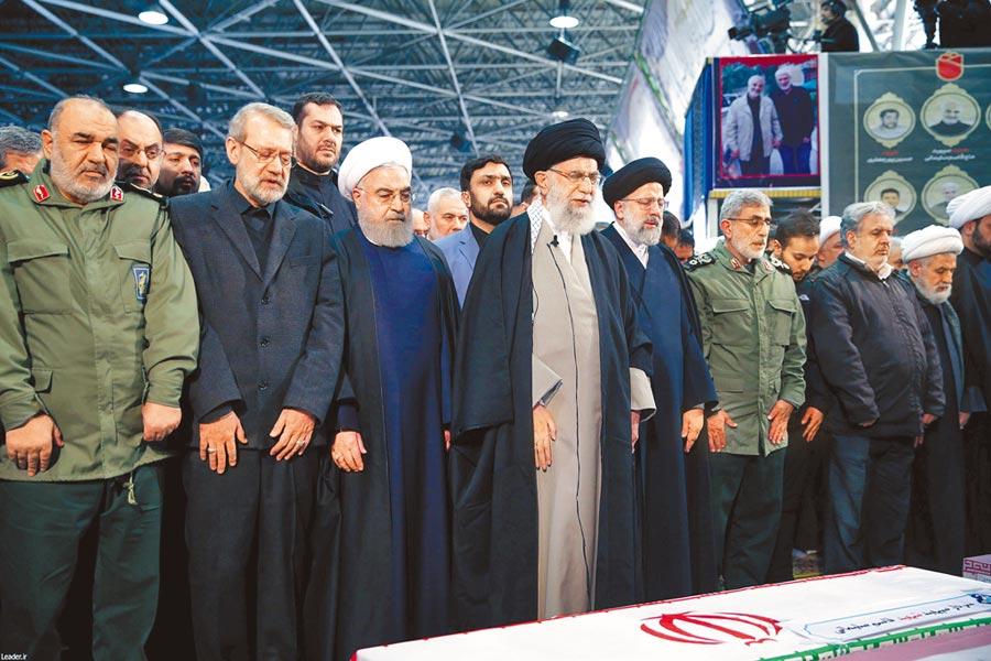 伊朗最高精神領袖哈米尼(中)和總統魯哈尼(左三)6日率眾高官和將領在遭到美軍擊殺的「聖城旅」司令蘇萊馬尼的棺木旁祈禱。(路透)