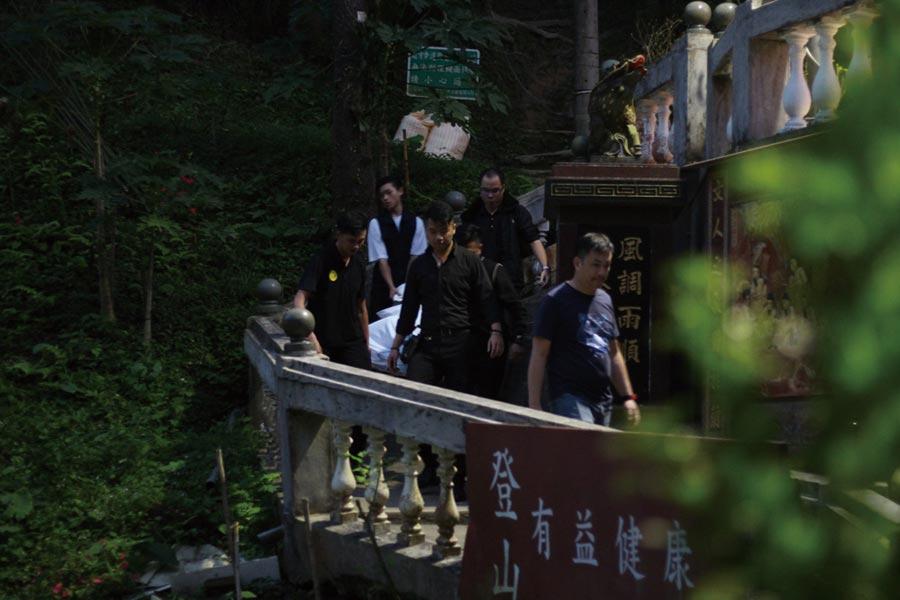 男星明道的胞兄5日下午被發現上吊陳屍在台北市內湖山區,一旁還有雙雙氣絕的妻兒。檢警研判明道胞兄先以束帶勒斃妻兒,再以繩索上吊自殺。3人遺體已運至殯儀館,有待檢警相驗釐清死因。(翻攝畫面/胡欣男台北傳真)(全國各縣市自殺防治專線0800-788-995)