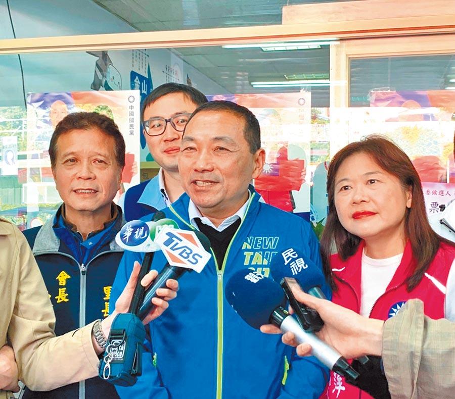 新北市長侯友宜(右二)6日上午表示,環狀線通車一定是以安全為優先考量。(李永萍提供/張睿廷新北傳真)