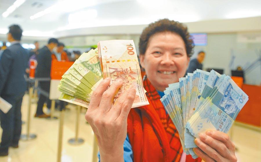 專家認為,應培育多元化資本市場參與主體及投資文化,圖為市民在銀行排隊換新鈔。(中新社資料照片)