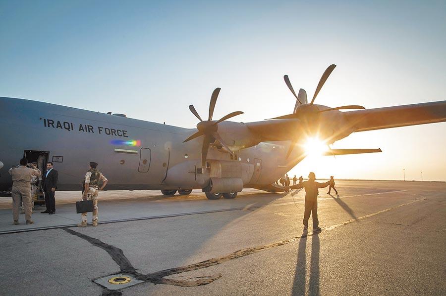 美軍日前派駐伊拉克大量軍事人員。圖為美國軍事專家抵達伊拉克空軍基地。(新華社資料照片)