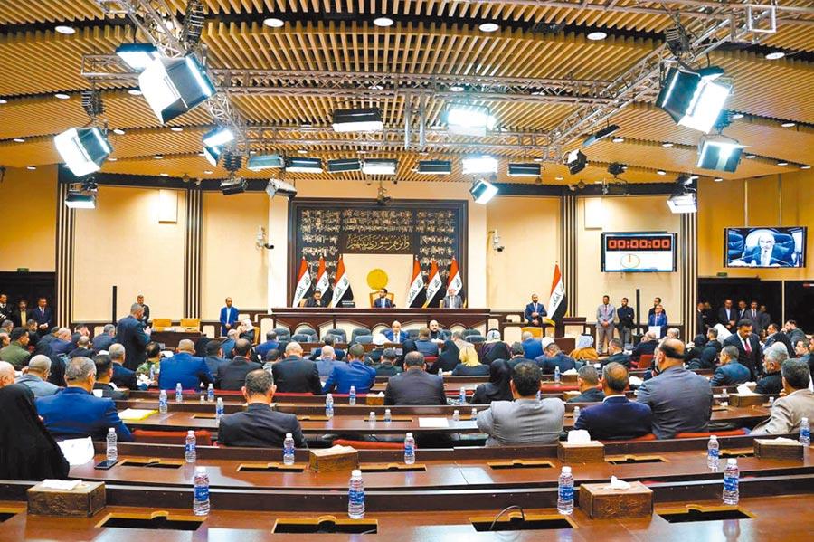 伊拉克議會通過有關結束外國軍隊駐紮的決議。圖為1月5日在伊拉克首都巴格達的國民議會特別會議現場。(新華社)