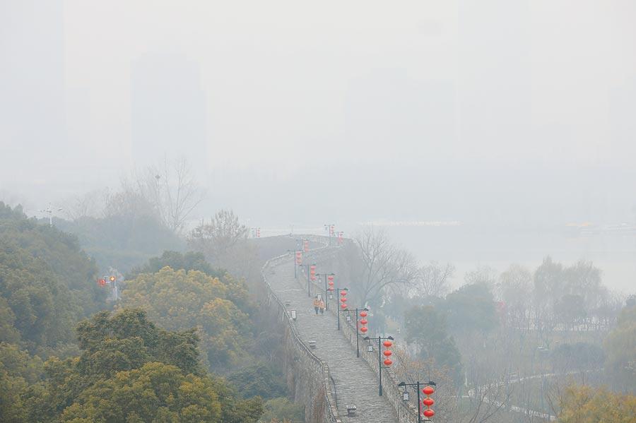 1月4日,霧霾籠罩南京市區。(中新社)