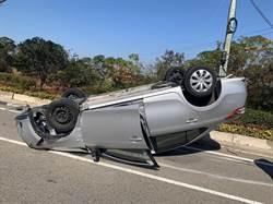 金門轎車自撞翻覆  2人送醫無大礙