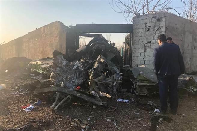 一架載逾百名乘客的烏克蘭國際航空波音737客機在伊朗德黑蘭機場起飛後墜毀。圖為事故現場。(美聯社)