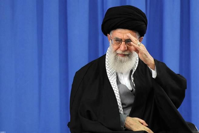 在對美駐伊拉克基地發動攻擊後,伊朗最高領袖哈米尼隨後發表全國演說,除了讚揚這此攻擊成功之外,並稱這是「賞美一巴掌」。(圖取自哈米尼辦公室網站)