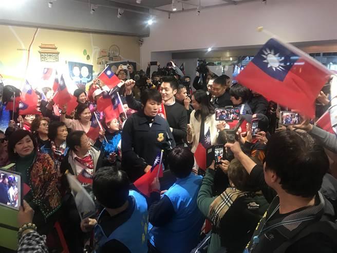 國民黨總統候選人韓國瑜夫人李佳芬傍晚前往北市國民黨立委候選人蔣萬安服務處加油打氣,吸引爆滿民眾。(陳俊雄攝)