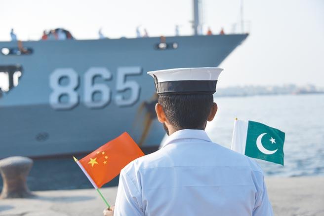 1月6日,「海洋衛士-2020」中巴海上聯合演習開幕。圖為大陸海軍援潛救生船劉公島船抵達巴基斯坦喀拉蚩港。 (新華社)