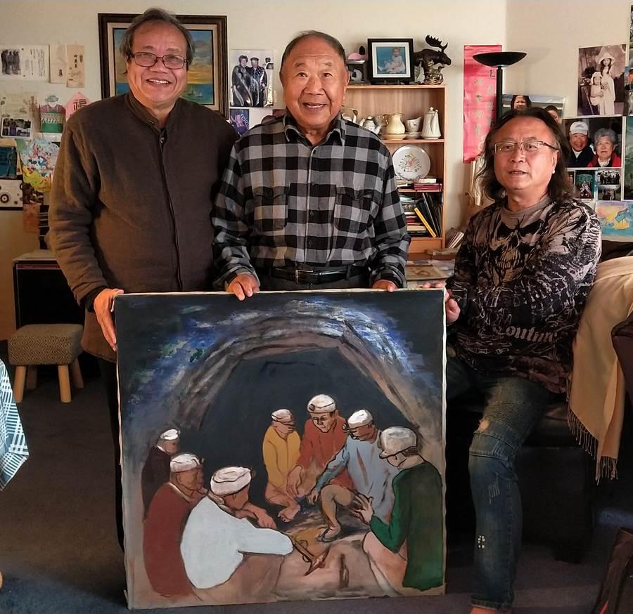 (左起)台灣美術史學者蕭瓊瑞、洪瑞麟長子洪鈞雄及順天美術館館長陳飛龍,與洪瑞麟的最後油畫作品合影。(圖取自文化部官網)