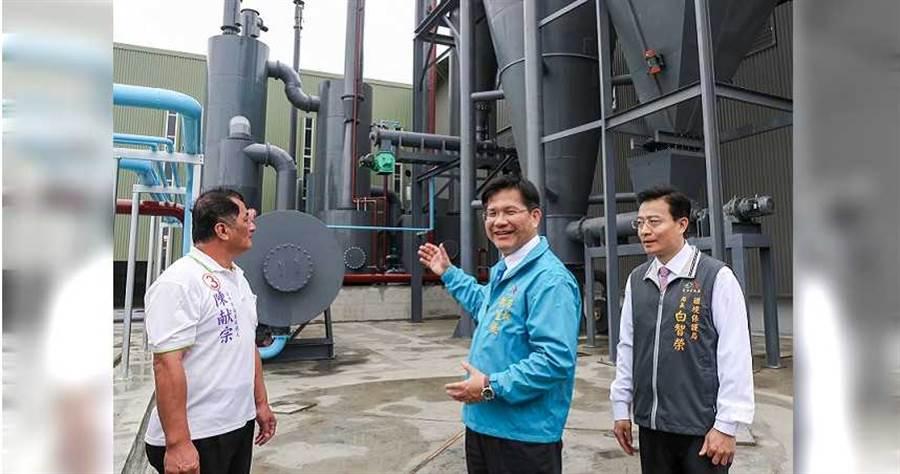 林佳龍騙稱綠電有多好,實際上卻是60億大錢坑,右旁為前環保局長白智榮。(圖/台中市府提供)