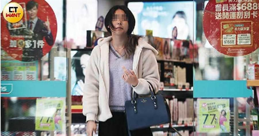 長髮嫩妹一個人在藥妝店閒晃,化著淡妝的她看得出膚質很好。(圖/本刊攝影組)
