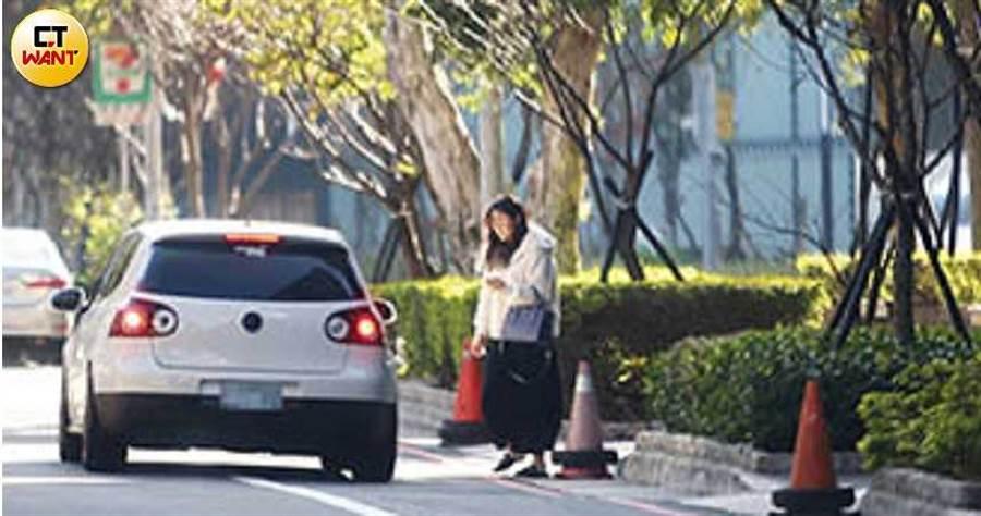 李沛旭臨停路邊,接長髮嫩妹上車。(圖/本刊攝影組)