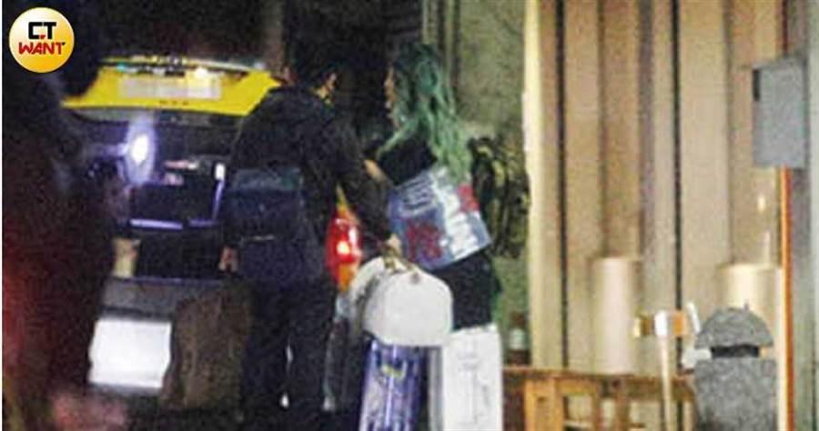 3人搭車到火鍋店續攤,王瞳先進店內,艾成則與張芸京一起把行李拖進去。(圖/本刊攝影組)