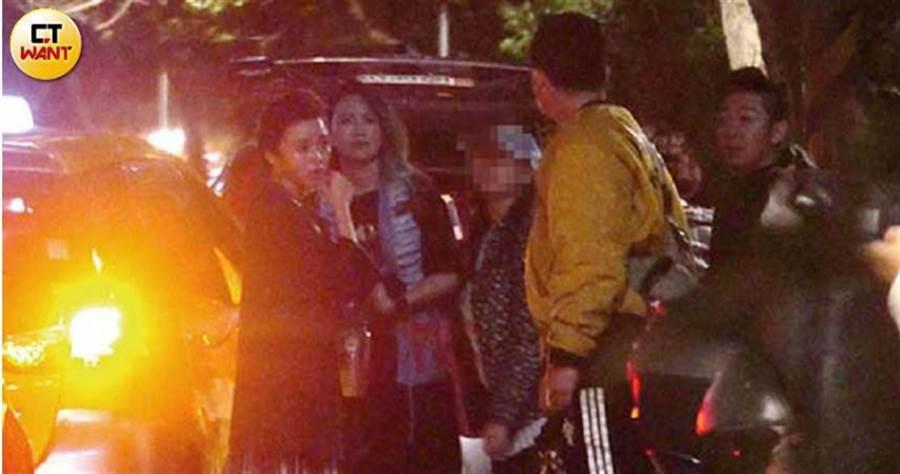 眾人步出火鍋店後,艾成獨自離開,王瞳與張芸京則繼續與友人聊天,直到清晨2點多才搭計程車返家。(圖/本刊攝影組)