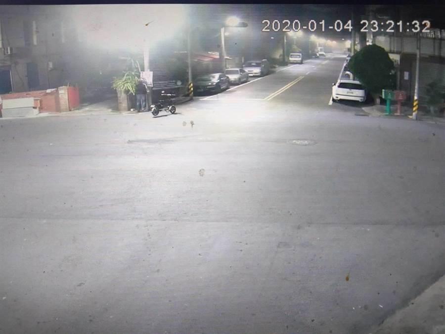 3名男子於4日深夜,分騎乘普通重型機車、腳踏車及電動自行車犯案,沿途隨機破壞看板後逃逸。(翻攝照片/張毓翎嘉義傳真)