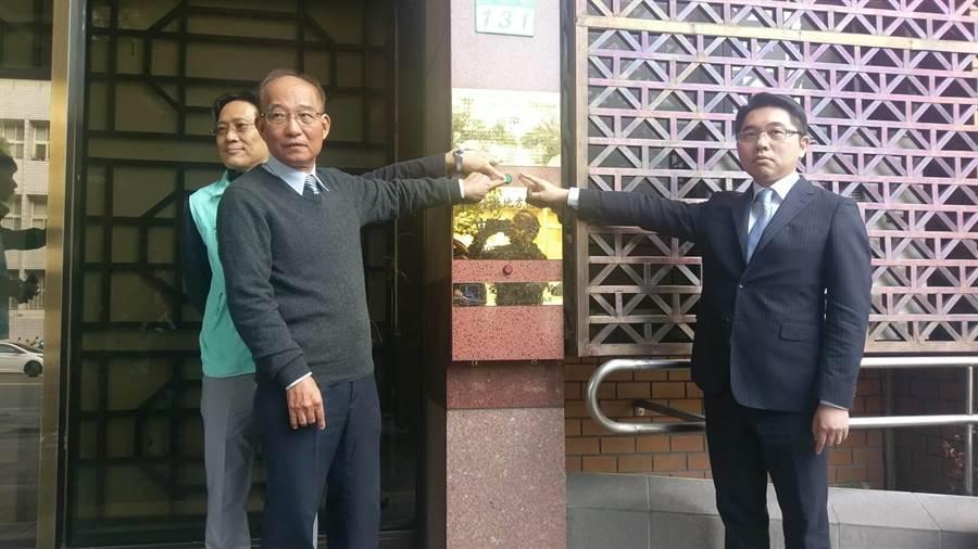 台灣民眾黨祕書長張哲揚8日上午(左)到北檢控告網友。(陳志賢攝)