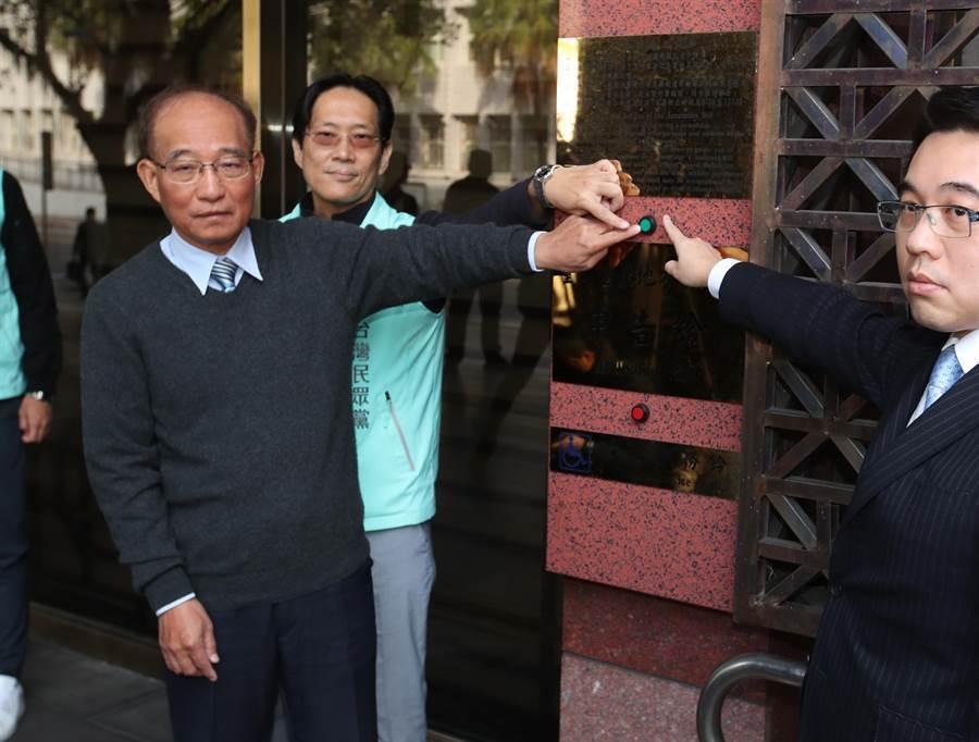 台灣民眾黨秘書長哲揚(左起)及不分區立委提名人張其祿8日在律師的陪同下,赴台北地檢署按鈴控告不實訊息及虛假言論。(鄭任南攝)