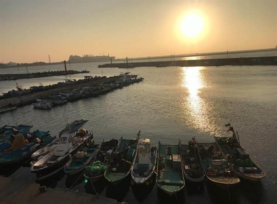 (高雄永新漁港可觀看夕陽美景。圖/高雄市永安區漁會提供)