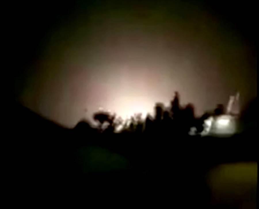 伊朗國營電視台公布德黑蘭發射飛彈轟炸美軍基地的畫面。(圖/路透社、伊朗國營英語電視台新聞電視台)
