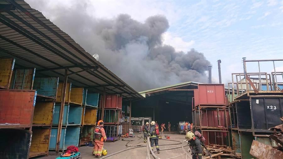 新北市五股區凌雲路3間鐵皮工廠8日上午10時傳出火警。(翻攝照片/戴上容新北傳真)
