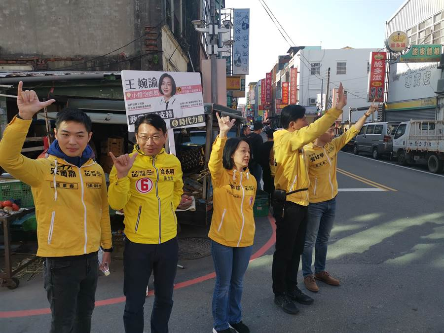 時代力量8日上午在竹南自由路早市掃街。(謝明俊攝)