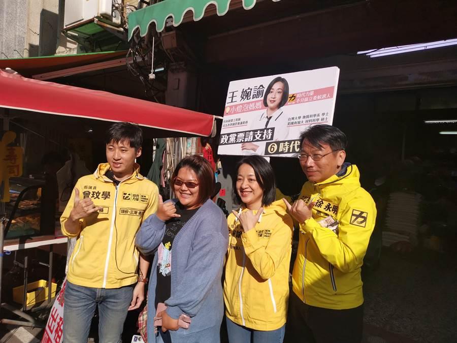 小燈泡媽媽王婉諭也現身拉票,吸引年輕選民要求合照。(謝明俊攝)