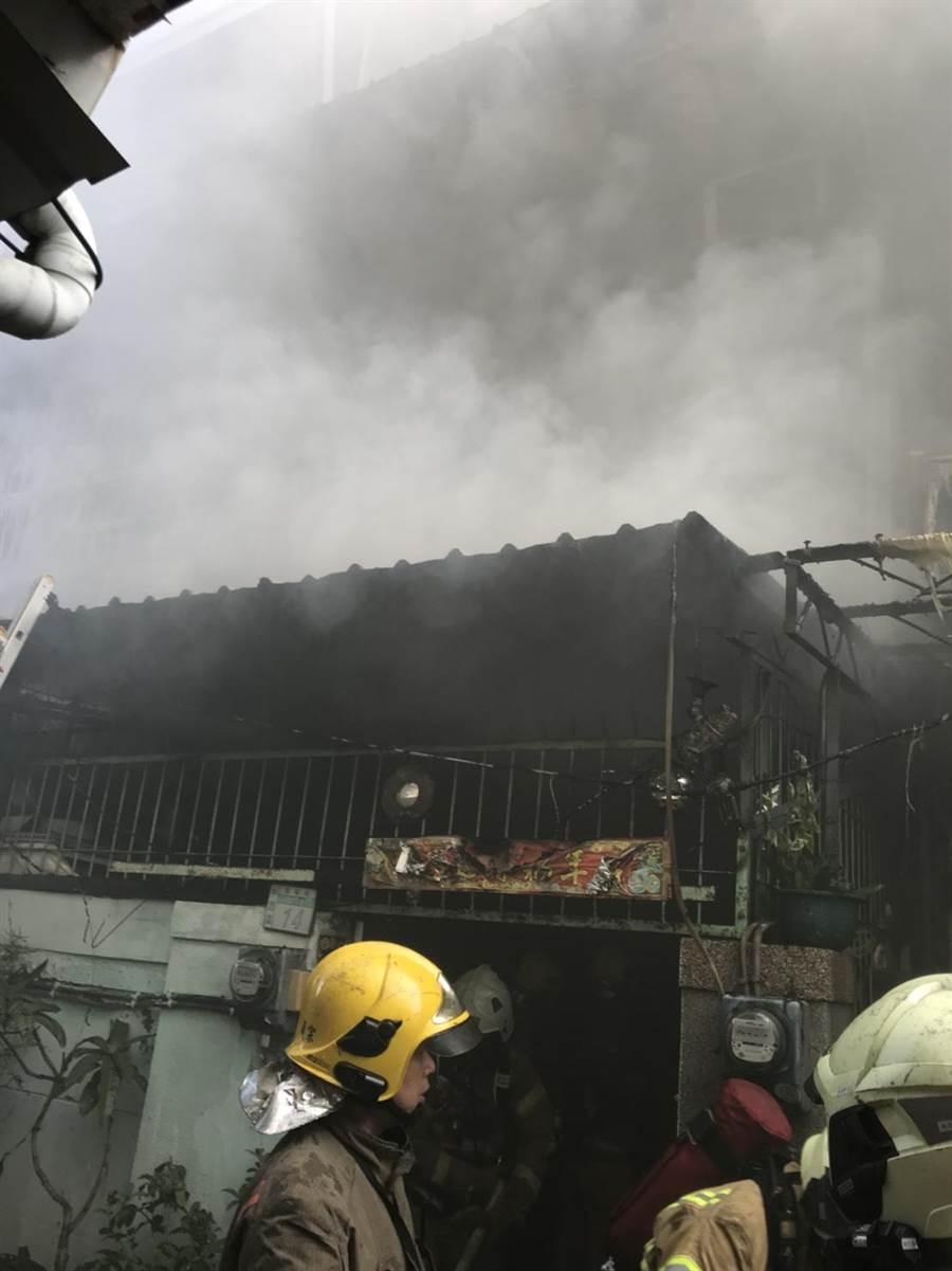 台南南寧街一處民宅失火。(台南市消防局提供/曹婷婷台南傳真)