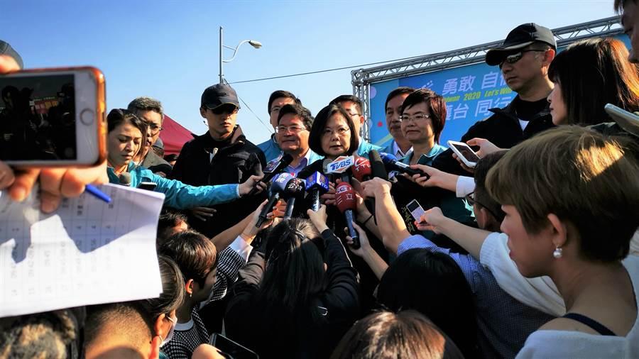 蔡英文說,中部是選舉最關鍵的選戰區,所以要用盡所有力氣,爭取所有中台灣鄉親的支持,拜託大家再給她四年,繼續改革繼續進步。(吳建輝攝)