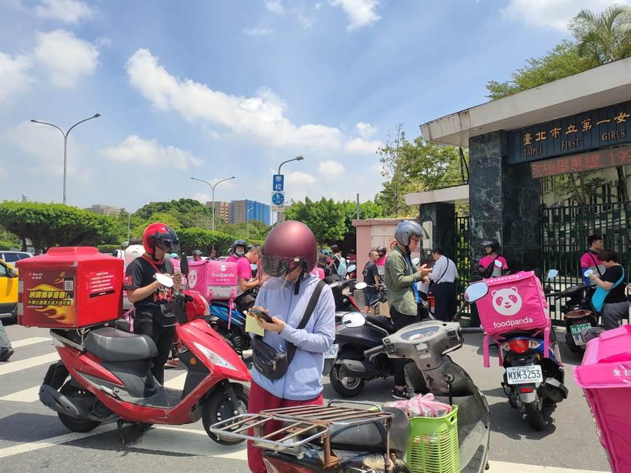 台北市議會昨天三讀通過「台北市外送平台業者管理自治條例」,其中第4條明訂…「不得排除外送服務期間以外發生事故之理賠」。(林良齊攝)