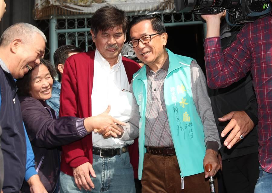 前總統陳水扁8日赴萬華龍山寺奉香祈福,與熱情的民眾握手致意。(鄭任南攝)