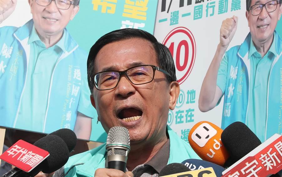 前總統陳水扁8日赴萬華龍山寺奉香祈福後,火力全開大聲抨擊前總馬英九,對馬英九提出三問。(鄭任南攝)