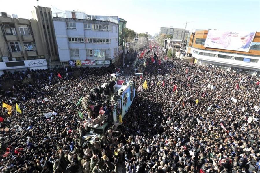 伊朗第二號人物,也就是革命衛隊精銳聖城部隊(Quds Force)指揮官蘇雷曼尼的遺體運返故鄉克爾曼(Kerman),大批民眾7日出席他的葬禮以示哀悼。(美聯社)