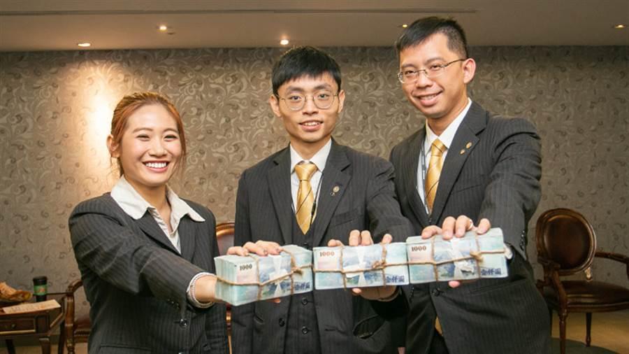 永慶房屋吳政陽(圖中)自餐飲業轉職,人生舞台從此不一樣。