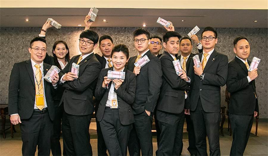 蘇順成(左四)轉職衝出好成績,要用獎金招待全家出國旅遊!