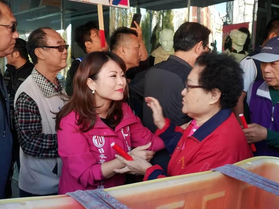 高雄立委第六選區候選人陳美雅8日到菜巿場發春聯,受到許多菜籃族鼓勵。(曹明正攝)