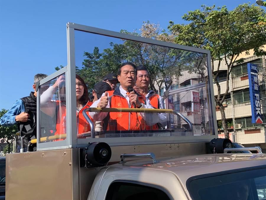 親民黨總統候選人宋楚瑜8日在台中車隊掃街,痛批國民黨高層只為自己打拚。(林欣儀攝)