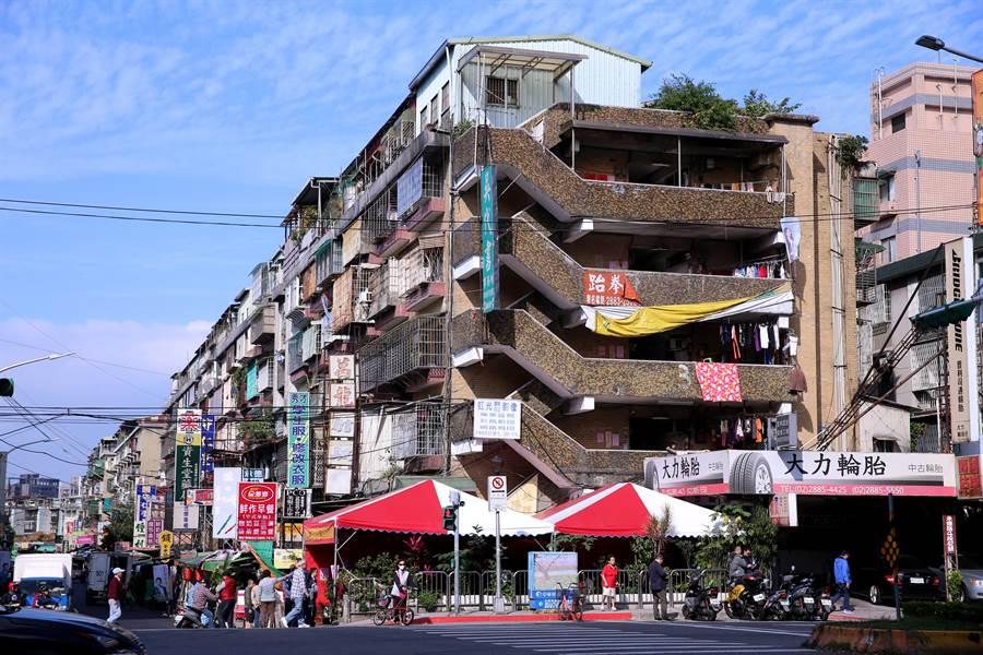 台北市劍潭整宅二期增設電梯工程簽約儀式8日舉行,未來將在臨承德路的廣場停車處(圖中紅白色帳篷處)興建一座電梯,方便年長者進出。(黃世麒攝)