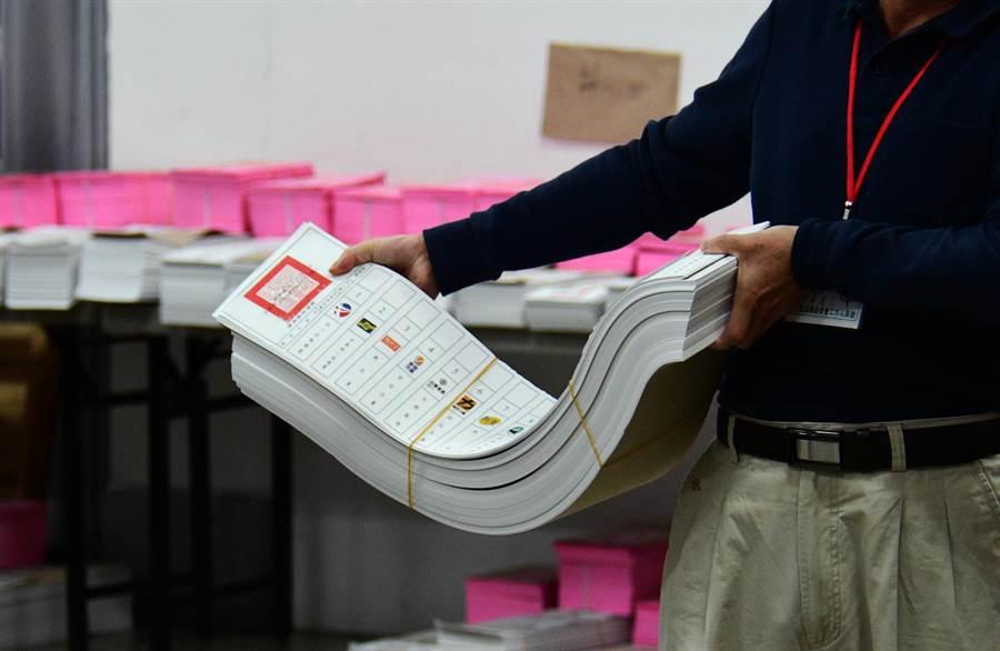 政黨票長達76.5公分,為史上最長。(莊哲權攝)