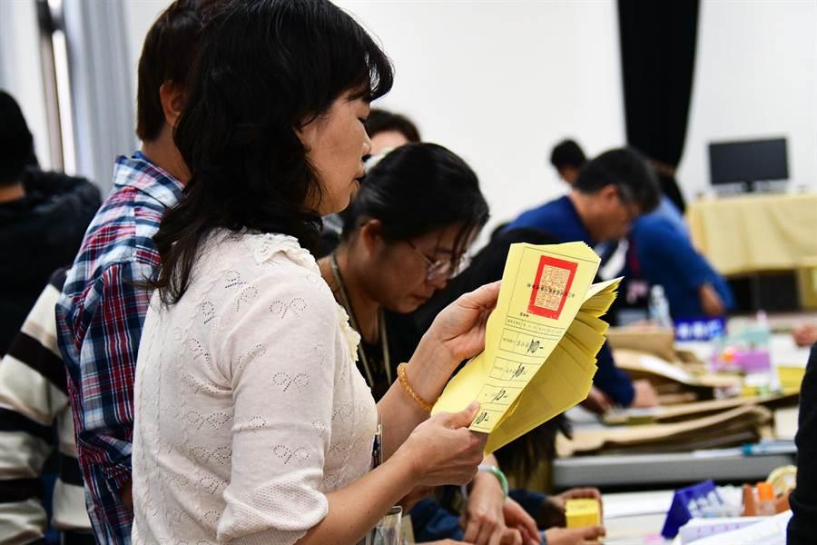 工作人員在縣府大禮堂清點選票。(莊哲權攝)