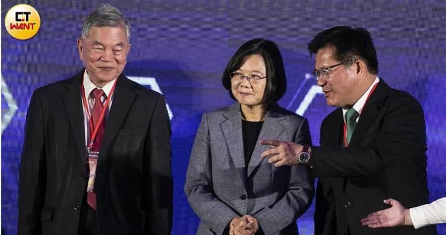 蔡英文的循環經濟政策失靈,林佳龍(右)幫忙捅出一個大破洞。左一為現任經濟部長沈榮津。(圖/報系資料庫)