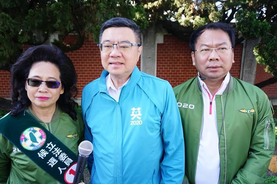 民進黨主席卓榮泰(中)受訪談激戰區。(王文吉攝)